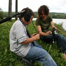 Martine Gignac (photographe) (2008), Geneviève B. Genest (artiste) et Félix pendant le tournage de Nid-de-pie. Lieu : Lac-des-aigles (Québec, Canada). Reproduite avec l'aimable autorisation de l'artiste.