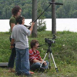 Martine Gignac (photographe) (2008) Geneviève B. Genest (artiste), David et Félix pendant le tournage de Nid-de-pie. Lieu : Lac-des-aigles (Québec, Canada). Reproduite avec l'aimable autorisation de l'artiste.