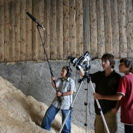 Martine Gignac (photographe) (2008), David, Alex et Félix pendant le tournage de Nid-de-pie. Lieu : Lac-des-aigles (Québec, Canada). Reproduite avec l'aimable autorisation de l'artiste.