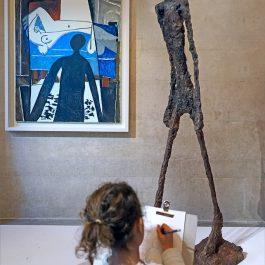 Image 1 : Enfant appréciant une oeuvre au musée. Les VTS peuvent aussi se faire lors des sorties au musée. Source de l'image : Google, libre de droits.