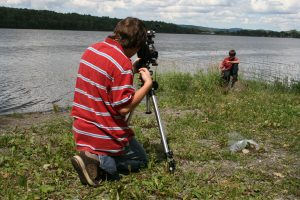 Martine Gignac (photographe) (2008), David et Alex pendant le tournage de Nid-de-pie. Lieu : Lac-des-aigles (Québec, Canada). Reproduite avec l'aimable autorisation de l'artiste.